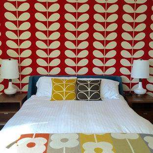 Ispirazione per una camera degli ospiti minimalista di medie dimensioni con pareti rosse