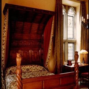 Ejemplo de dormitorio principal, tradicional, grande, con paredes amarillas y suelo de madera en tonos medios