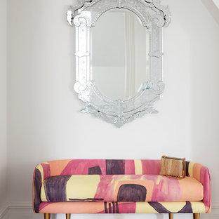 Esempio di una grande camera matrimoniale tradizionale con pareti bianche, parquet scuro, camino classico, cornice del camino piastrellata e pavimento marrone