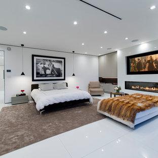 ロサンゼルスのコンテンポラリースタイルのおしゃれな寝室 (白い壁、横長型暖炉)