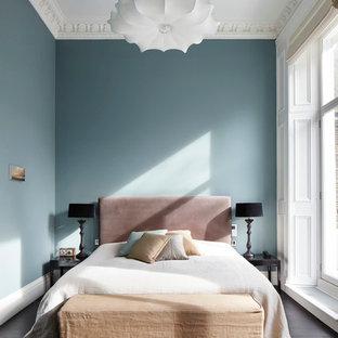 Idee per una grande camera matrimoniale tradizionale con pareti blu
