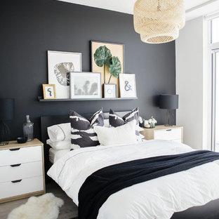 Foto på ett funkis sovrum, med svarta väggar, ljust trägolv och beiget golv