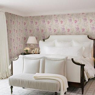 Esempio di una camera matrimoniale classica con pareti multicolore