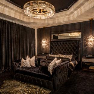 Diseño de dormitorio principal, clásico renovado, grande, con paredes negras, suelo de baldosas de porcelana, chimenea de esquina, marco de chimenea de piedra y suelo beige