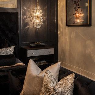 Foto de dormitorio principal, clásico renovado, de tamaño medio, con paredes beige, suelo de baldosas de porcelana y suelo beige