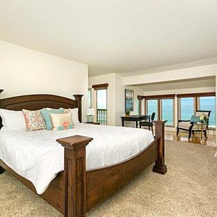 Diseño de dormitorio principal, clásico, extra grande, con paredes blancas, moqueta, estufa de leña, marco de chimenea de piedra y suelo beige