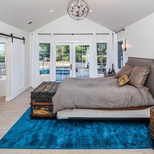 Foto de dormitorio principal, tradicional renovado, grande, con paredes grises, suelo de baldosas de porcelana y suelo marrón