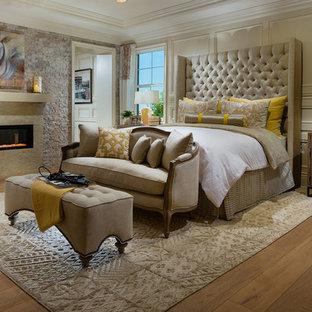 Стильный дизайн: большая хозяйская спальня в средиземноморском стиле с бежевыми стенами, светлым паркетным полом, горизонтальным камином и фасадом камина из плитки - последний тренд
