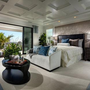 Esempio di un'ampia camera matrimoniale tropicale con parquet chiaro, nessun camino e pareti beige