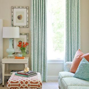 Inspiration för klassiska sovrum, med beige väggar och heltäckningsmatta