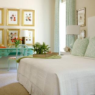 На фото: маленькая гостевая спальня в классическом стиле с бежевыми стенами и ковровым покрытием с