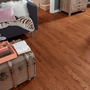 Ejemplo de dormitorio ecléctico con paredes púrpuras, suelo de madera en tonos medios y suelo marrón