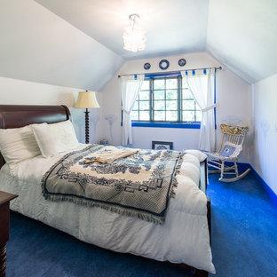 Diseño de dormitorio tipo loft, de estilo americano, de tamaño medio, sin chimenea, con paredes blancas y suelo de linóleo