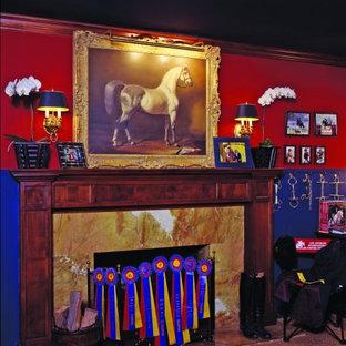 Esempio di una camera da letto classica con pareti rosse