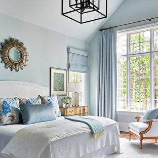 Modelo de dormitorio de estilo de casa de campo con paredes grises y suelo de madera oscura