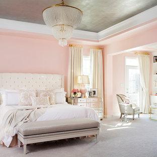 Esempio di una camera da letto chic con pareti rosa, moquette e pavimento grigio