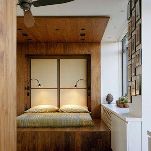 Asiatisches Hauptschlafzimmer mit bunten Wänden und dunklem Holzboden in New York