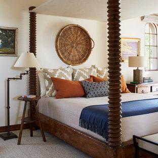 Esempio di una camera da letto american style con pareti bianche, moquette e pavimento beige