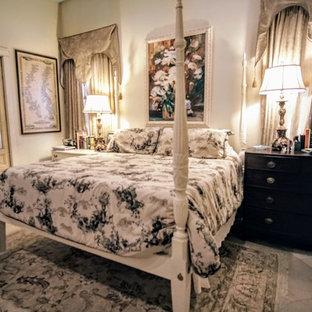 Ejemplo de dormitorio principal, campestre, grande, con paredes blancas, suelo de piedra caliza y suelo beige