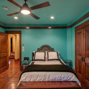 Diseño de habitación de invitados rústica, de tamaño medio, con paredes azules, suelo de cemento y suelo naranja