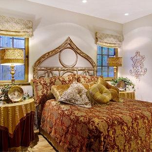 Diseño de dormitorio principal, clásico, de tamaño medio, sin chimenea, con paredes beige y suelo de madera en tonos medios
