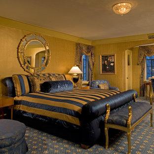 Großes Klassisches Hauptschlafzimmer ohne Kamin mit gelber Wandfarbe, Teppichboden und blauem Boden in Chicago