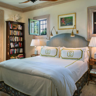 Diseño de habitación de invitados mediterránea, de tamaño medio, sin chimenea, con paredes blancas, suelo de travertino y suelo beige