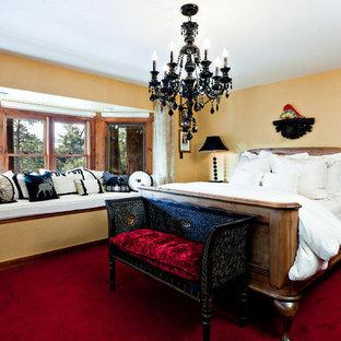 Diseño de dormitorio rústico con paredes amarillas, moqueta y suelo rojo
