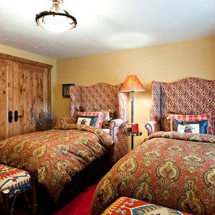 Modelo de habitación de invitados rural con paredes amarillas