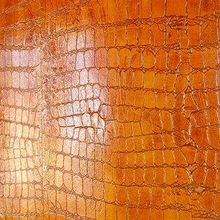 Immagine di un'ampia camera matrimoniale eclettica con pareti rosse e pavimento in gres porcellanato