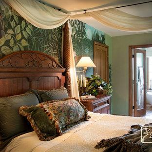Foto di una camera matrimoniale tropicale di medie dimensioni con pareti verdi e pavimento in legno massello medio
