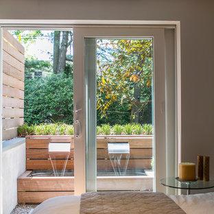 Свежая идея для дизайна: маленькая гостевая спальня в стиле ретро с белыми стенами, пробковым полом и коричневым полом - отличное фото интерьера