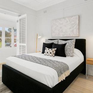 Неиссякаемый источник вдохновения для домашнего уюта: маленькая хозяйская спальня в современном стиле с серыми стенами, светлым паркетным полом и белым полом