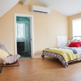 Foto de dormitorio tipo loft, actual, pequeño, con paredes beige y suelo de corcho