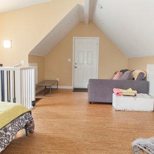 Diseño de dormitorio tipo loft, actual, pequeño, con paredes beige y suelo de corcho