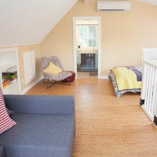 Modelo de dormitorio tipo loft, actual, pequeño, con paredes beige y suelo de corcho