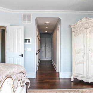 Idee per una grande camera matrimoniale vittoriana con pareti blu e parquet scuro