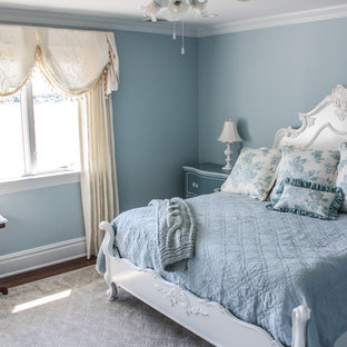 Ispirazione per una grande camera matrimoniale shabby-chic style con pareti beige, pavimento con piastrelle in ceramica e nessun camino