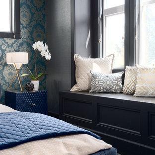Imagen de dormitorio principal, clásico renovado, de tamaño medio, con paredes marrones, moqueta y suelo turquesa