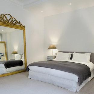 Inspiration pour une chambre design de taille moyenne avec un mur blanc.