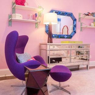 Foto de dormitorio tradicional renovado, de tamaño medio, con paredes rosas y suelo de madera en tonos medios