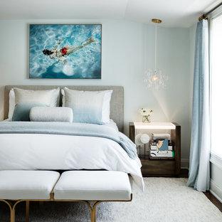 Idéer för ett sovrum, med blå väggar och mörkt trägolv