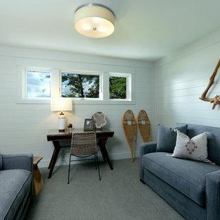 Ejemplo de habitación de invitados clásica, de tamaño medio, con paredes grises, moqueta y suelo beige