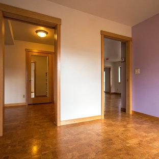 Foto de habitación de invitados tradicional renovada, grande, con paredes púrpuras, suelo de corcho y suelo multicolor