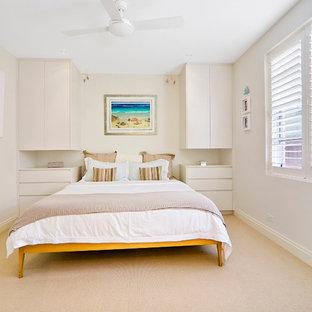 Modelo de dormitorio actual con paredes beige y moqueta