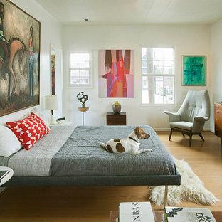 Idéer för ett retro sovrum, med vita väggar och ljust trägolv