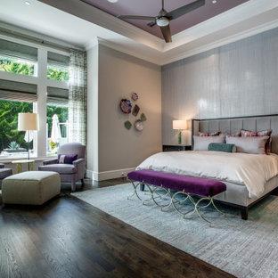 ダラスの広いトランジショナルスタイルのおしゃれな主寝室 (グレーの壁、無垢フローリング、暖炉なし、茶色い床、折り上げ天井、壁紙) のレイアウト
