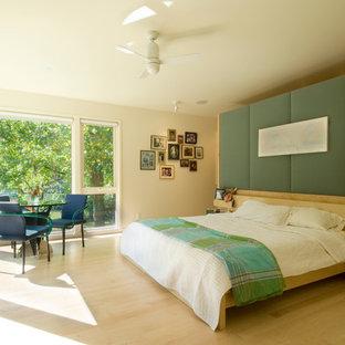 カンザスシティの中サイズのコンテンポラリースタイルのおしゃれな主寝室 (白い壁、淡色無垢フローリング、暖炉なし、ベージュの床) のレイアウト