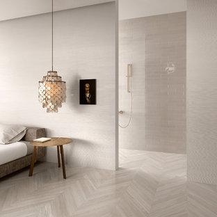 На фото: хозяйская спальня среднего размера в современном стиле с бежевыми стенами и полом из керамогранита без камина с