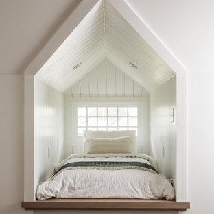 Mittelgroßes Klassisches Schlafzimmer mit braunem Holzboden, braunem Boden, Holzdielenwänden und weißer Wandfarbe in Indianapolis